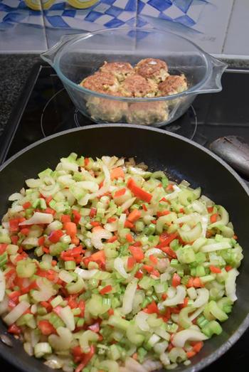 Bleekselder, paprika en gehaktballen in tomatensaus 5