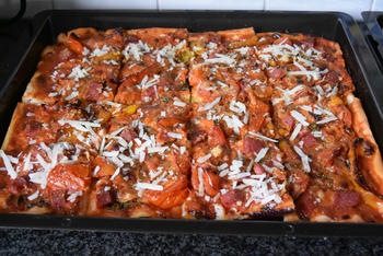 Pizza met droogworst, kaas en zongedroogde tomaten 6