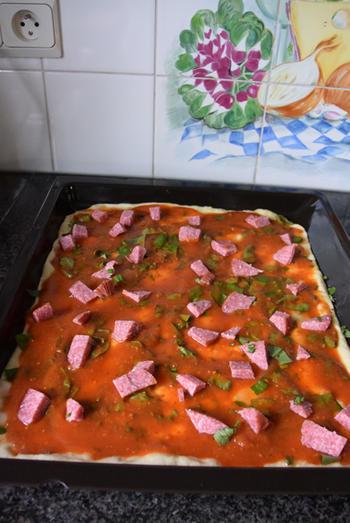 Pizza met droogworst, kaas en zongedroogde tomaten 7