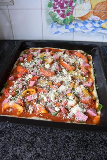 Pizza met droogworst, kaas en zongedroogde tomaten 8