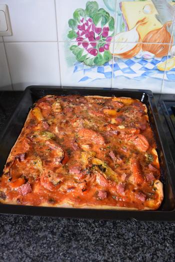 Pizza met droogworst, kaas en zongedroogde tomaten 9