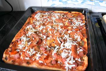 Pizza met droogworst, kaas en zongedroogde tomaten 10