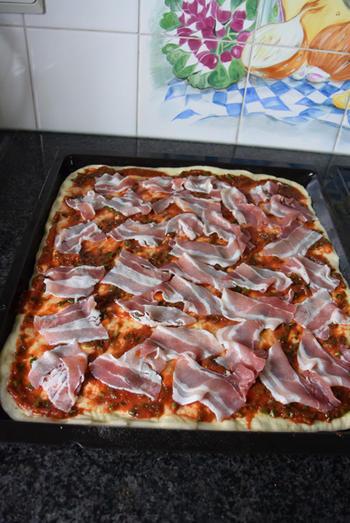 Pizza met ontbijtspek en ei 6