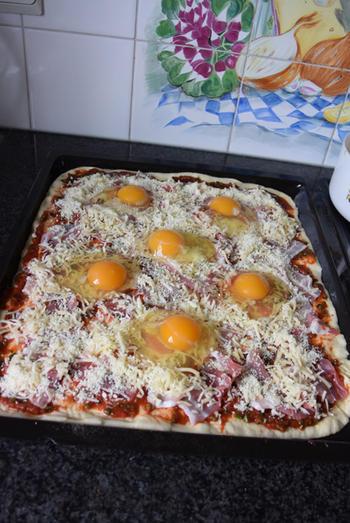 Pizza met ontbijtspek en ei 7