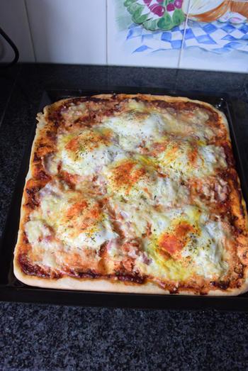 Pizza met ontbijtspek en ei 8