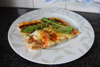 Pizza met ontbijtspek en ei 9