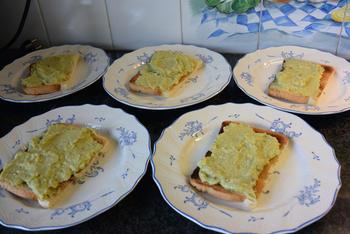 Toast met zalm op avocadospread 2