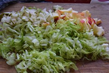 Vegetarische sla van: ijsbergsla met fetakaas, appel en peer 4