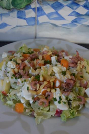 Vegetarische sla van: ijsbergsla met fetakaas, appel en peer 5