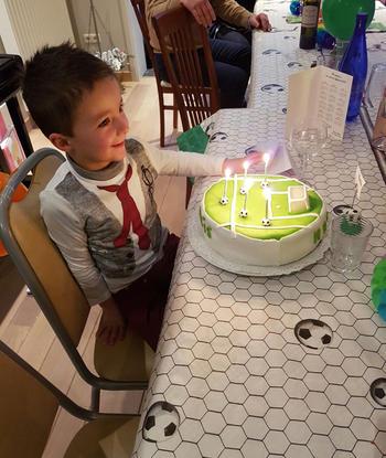 Verjaardagstaart van biscuit, boterroom en suikerglazuur 2