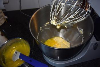 Verjaardagstaart van biscuit, boterroom en suikerglazuur 3