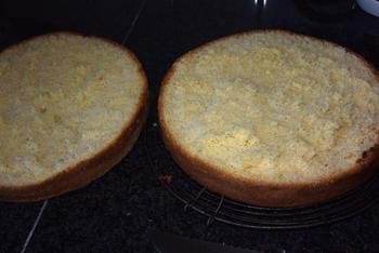 Verjaardagstaart van biscuit, boterroom en suikerglazuur 4