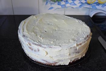 Verjaardagstaart van biscuit, boterroom en suikerglazuur 5