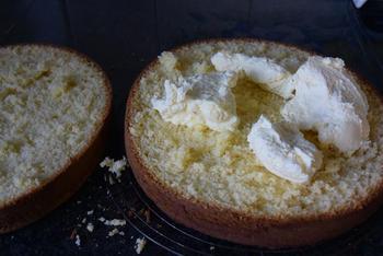 Verjaardagstaart van biscuit, boterroom en suikerglazuur 6