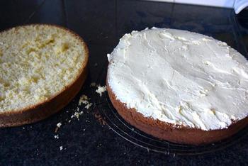Verjaardagstaart van biscuit, boterroom en suikerglazuur 7
