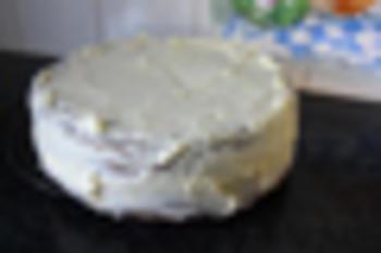 Verjaardagstaart van biscuit, boterroom en suikerglazuur 8