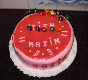 Verjaardagstaart van biscuit, boterroom en suikerglazuur 10
