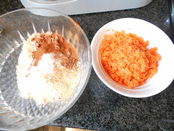 Wortelcakejes met glazuur, meringue en sinaasappelsaus 3