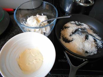 Wortelcakejes met glazuur, meringue en sinaasappelsaus 6