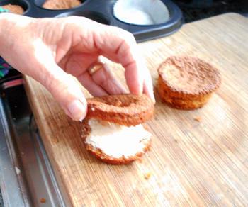 Wortelcakejes met glazuur, meringue en sinaasappelsaus 8