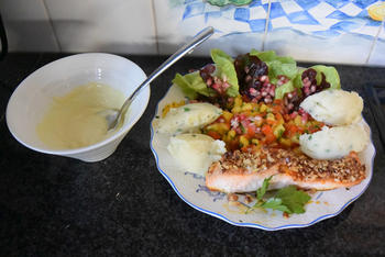Zalm met notenkorstje, paprika, mango en granaatappel 10