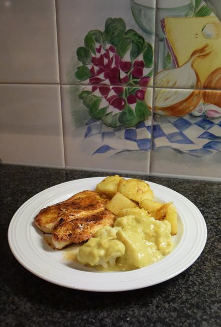 Bloemkool met kerriesaus, kipfilet en gebakken aardappelen 1