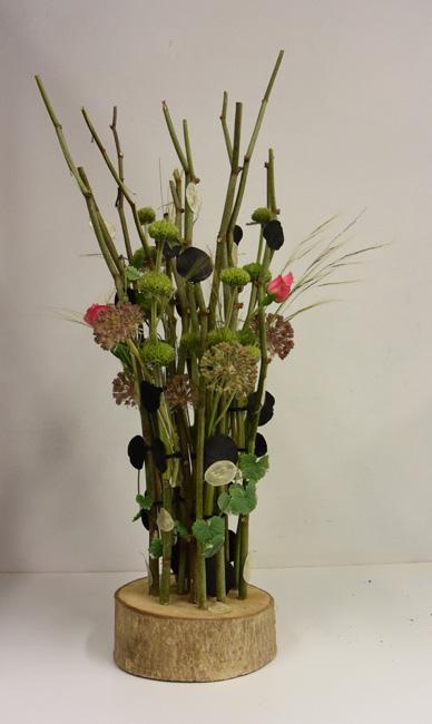 Populair Bloemstuk op houtenschijf met stokken en pipetten , bloemschikken  #FA77