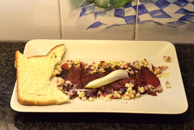 Carpaccio van hertenfilet met appel, rode ui en nootjes 1