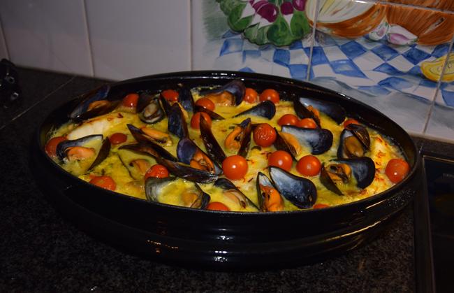 Ovenschotel van skrei of kabeljauw, mosselen, groentjes en saffraansaus. 1