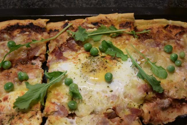 Pizza met ontbijtspek en ei 1