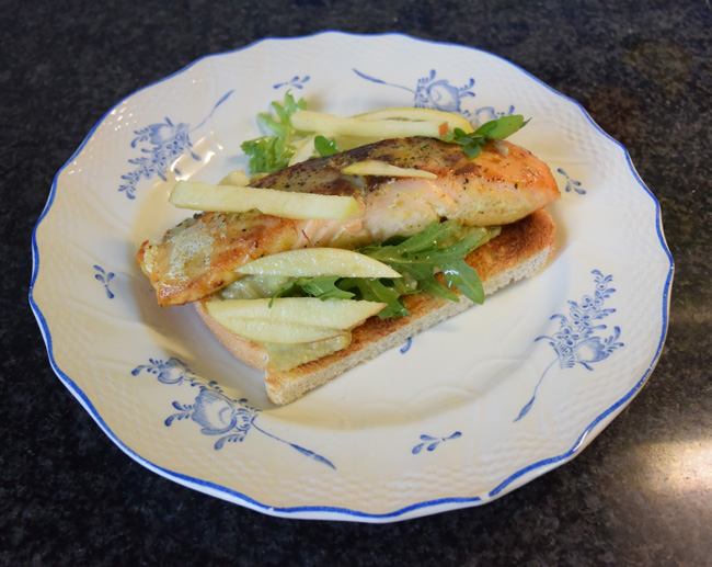 Toast met zalm op avocadospread 1