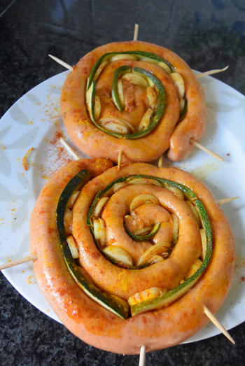 Chipolata met courgette en ui op de barbecue of grilltoestel 6