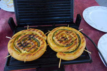 Chipolata met courgette en ui op de barbecue of grilltoestel 8