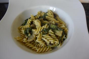 Fusilli met spinazie, champignons, Boursin en kipfilet. 9