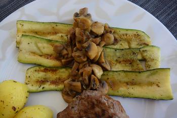 Gegrilde courgette, aardappel en biefstuk met champignons 10