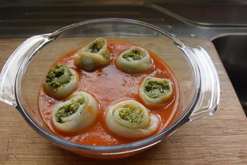 Met pesto gevulde tongrolletjes in tomatensaus 4
