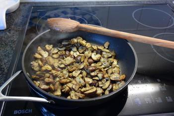 Omelet gevuld met paddenstoelen. 3