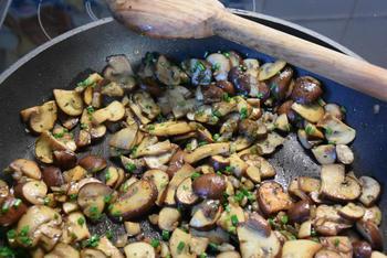 Omelet gevuld met paddenstoelen. 4