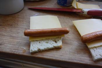 Ovenschotel van gevulde broodrolletjes met kaas, knakworstjes en bloemkoolsaus 3