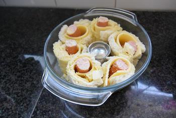 Ovenschotel van gevulde broodrolletjes met kaas, knakworstjes en bloemkoolsaus 4
