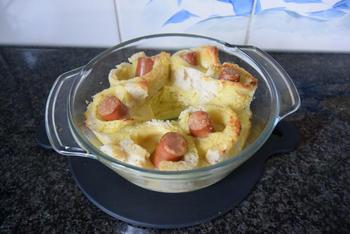 Ovenschotel van gevulde broodrolletjes met kaas, knakworstjes en bloemkoolsaus 5