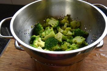 Quiche met broccoli, erwten, feta en garnalen 3