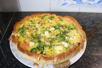 Quiche met broccoli, erwten, feta en garnalen 7