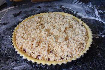 Taart met pudding, kersen en crumble of knobbelkens 5