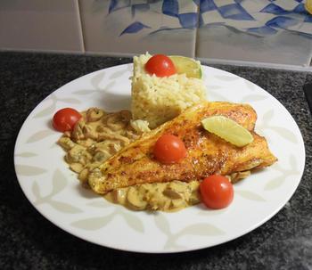 Zeebaarsfilet op vel gebakken met champignonsaus en rijst 9