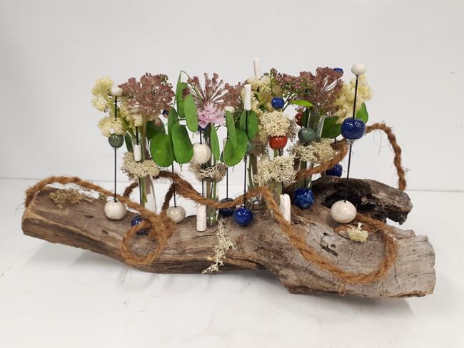 Voorkeur Doorzichtig bloemstuk op hout met poken en parels , bloemschikken  &OA88