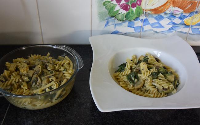 Fusilli met spinazie, champignons, Boursin en kipfilet. 1
