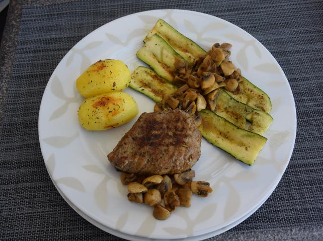 Gegrilde courgette, aardappel en biefstuk met champignons 1