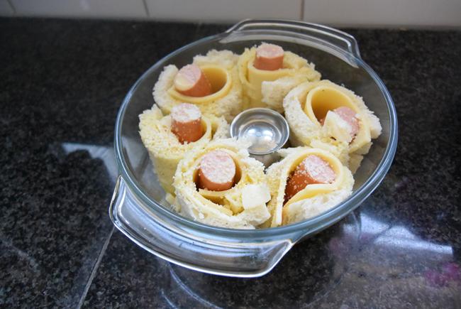 Ovenschotel van gevulde broodrolletjes met kaas, knakworstjes en bloemkoolsaus 1