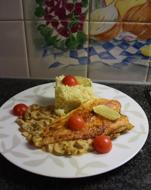 Zeebaarsfilet op vel gebakken met champignonsaus en rijst 1